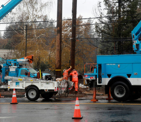 © Reuters. PG&E works on power lines to repair damage caused by the Camp Fire in Paradise