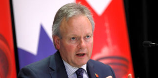 © Reuters. FILE PHOTO: FILE PHOTO: Governor of the Bank of Canada, Stephen Poloz answers questions during a press conference, following a speech in London