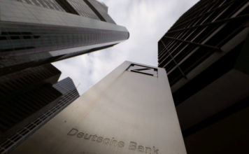 © Reuters. FILE PHOTO: The logo of Deutsche Bank is seen in front of one of the bank