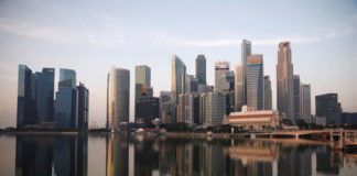© Reuters. FILE PHOTO:  A view of the skyline of Singapore