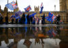 © Reuters. Anti-Brexit demonstrators protest outside the Houses of Parliament in London