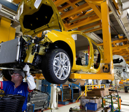 © Reuters. FILE PHOTO:  Employees of French carmaker Renault work on the Clio RS assembly line at Renault factory in Dieppe