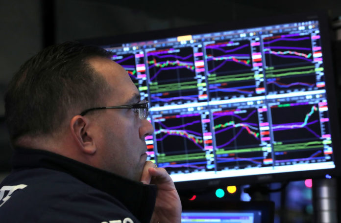© Reuters. Trader works on the floor of the NYSE in New York