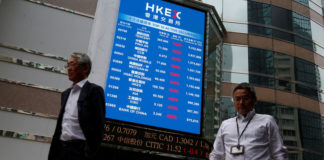© Reuters. A panel outside the Hong Kong Exchanges displays top active securities in Hong Kong