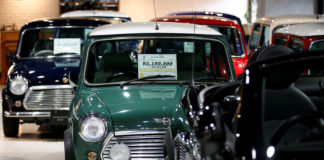 © Reuters. Rover Mini Cooper, Rover Mini Mayfair and Rover Mini Paul Smith cars are displayed at the showroom of the