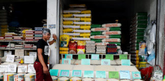 © Reuters. FILE PHOTO:  A vendor waits for customers at a rice and egg shop in Paranaque, Metro Manila