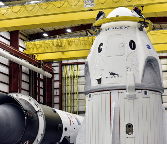 © Reuters. The Dragon crew capsule sits in the SpaceX hangar at Launch Complex 39-A, where the space ship and Falcon 9 booster rocket are being prepared for a January 2019 launch at Cape Canaveral