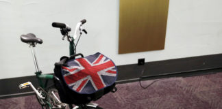 © Reuters. FILE PHOTO: A bag with a Union Jack flag is pictured on a folding bike in Bern