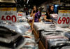 © Reuters. FILE PHOTO - People shop at a department store in Bangkok