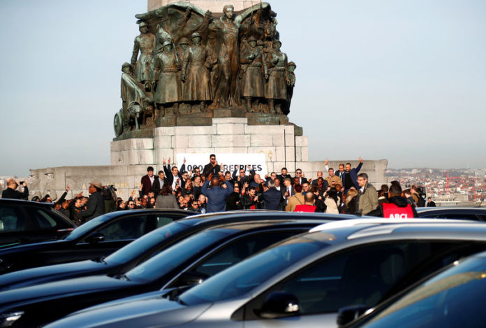 © Reuters. FILE PHOTO: Uber drivers and limousine chauffeurs are seen during a protest outside the Brussels