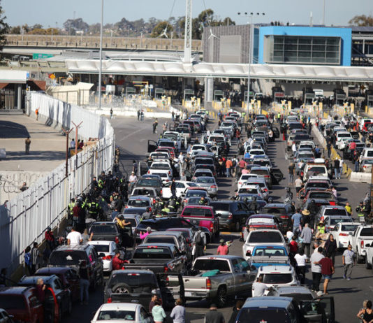 © Reuters. The San Ysidro border crossing between the U.S and Mexico is closed to prevent a caravan of thousands traveling from Central America from crossing, in Tijuana
