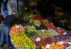© Reuters. FILE PHOTO:  Vendors arrange fruits and vegetables at a greengrocery in central Istanbul