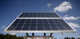 © Reuters. FILE PHOTO: Solar panels are pictured at the BP America Gasosaurus Gas Unit well site in Lufkin