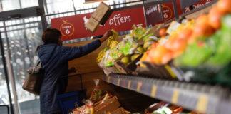 © Reuters. A shopper selects fruit in an Aldi store in London