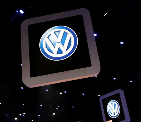 © Reuters. Volkswagen logos are pictured during the media day of the  Salao do Automovel International Auto Show in Sao Paulo