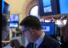 © Reuters. Traders work on the floor of the NYSE in New York