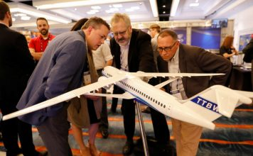 © Reuters. Airplane manufacturer Boeing shows a new iteration of an airplane wing system at AIAA conference in San Diego