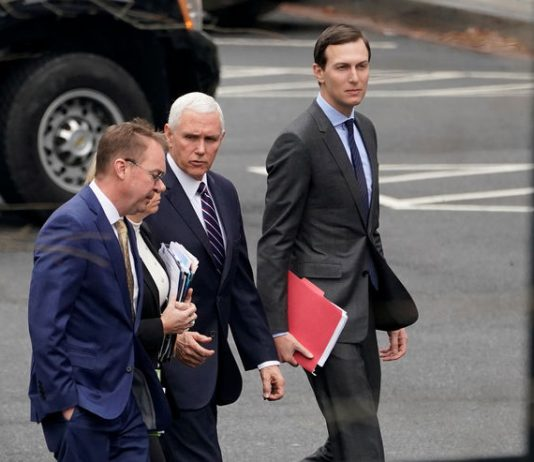 © Reuters. Acting White House Chief of Staff Mulvaney, U.S. Secretary of Homeland Security Nielsen, U.S. Vice President Pence and Senior White House Advisor Kushner walk to a meeting with Congressional staffers, in Washington