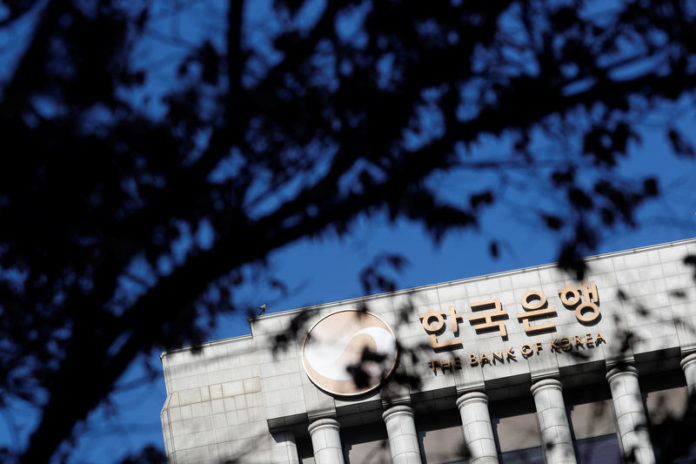 © Reuters. FILE PHOTO: The logo of the Bank of Korea is seen in Seoul