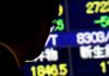 © Reuters. A man looks at an electronic stock quotation board outside a brokerage in Tokyo