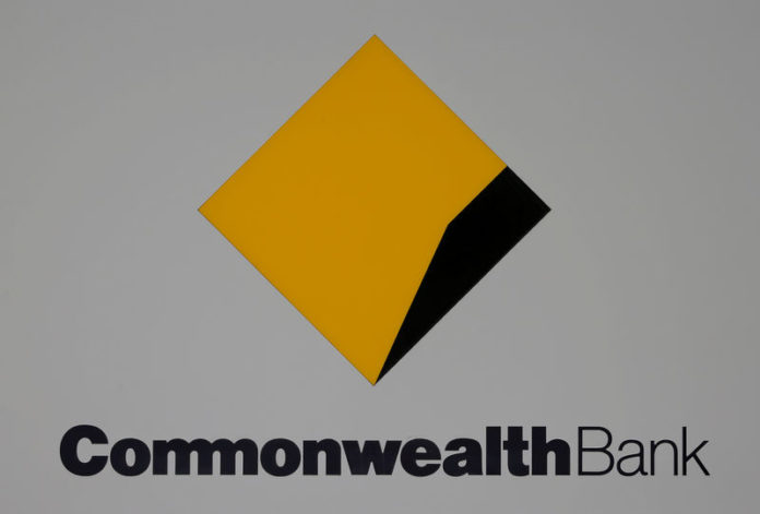 © Reuters. FILE PHOTO: The Commonwealth Bank (CBA) logo is pictured outside the bank