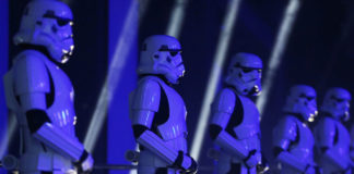 © Reuters. FILE PHOTO: Actors in Storm Trooper costumes take part in the European Premiere of Star Wars Rogue One at the Tate Modern in London
