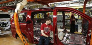 © Reuters. Fiat Chrysler assembly worker works on the interior of a partially assembled minivan at the Windsor Assembly Plant in Windsor, Ontario