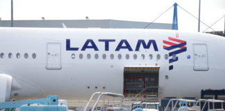 © Reuters. The logo of LATAM Airlines is pictured on an Airbus plane in Colomiers near Toulouse