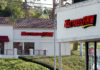 © Reuters. Two Mattress Firm stores lie on either side of the street in Encinitas, California,