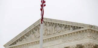 © Reuters. FILE PHOTO: The Supreme Court stands before decisions are released for the term in Washington