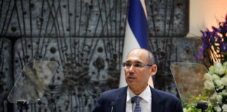 © Reuters. Amir Yaron speaks during a ceremony whereby he is sworn in as Bank of Israel governor by Israel