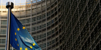 © Reuters. A EU flag is seen outside the EU Commission headquarters in Brussels