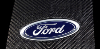 © Reuters. FILE PHOTO: The Ford logo is seen at the New York Auto Show in New York