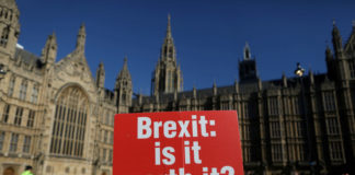 © Reuters. FILE PHOTO: An anti-Brexit placard is fixed to traffic barriers opposite the Houses of Parliament in London