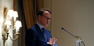 © Reuters. German Bundesbank President Weidmann delivers a speech during a dinner of the Hellenic Bank Association in Athens