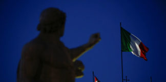 © Reuters. The Italian flag waves over the Quirinal Palace in Rome