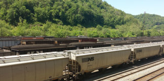 © Reuters. FILE PHOTO - Coal trains approach Norfolk Southern