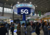 © Reuters. Visitors are seen by a booth of Qualcomm Inc at theChinaInternational BigDataIndustryExpoin Guiyang