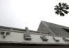 © Reuters. A Tesla showroom is seen in Santa Monica