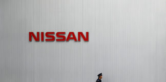 © Reuters. FILE PHOTO: Nissan logo is seen at Nissan Motor Co.