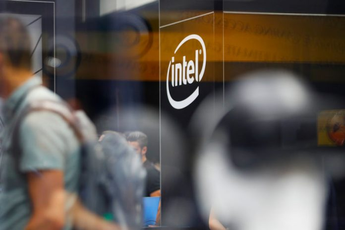 © Reuters. FILE PHOTO:  The Intel logo is shown at E3, the world